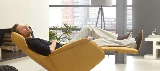 De Toekomst De Toekomst - De-toekomst-jongeman-liggend-in-gele-relaxfauteuil